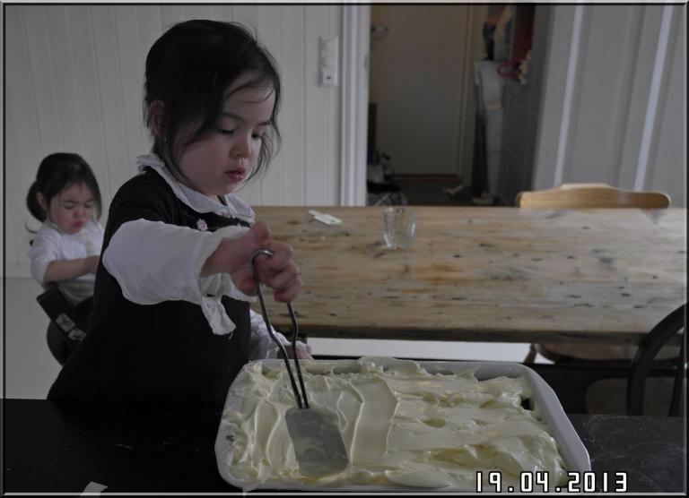 Vi har en liten pike som gjerne vil hjelpe til med å lage kake og ellers hva det måtte være