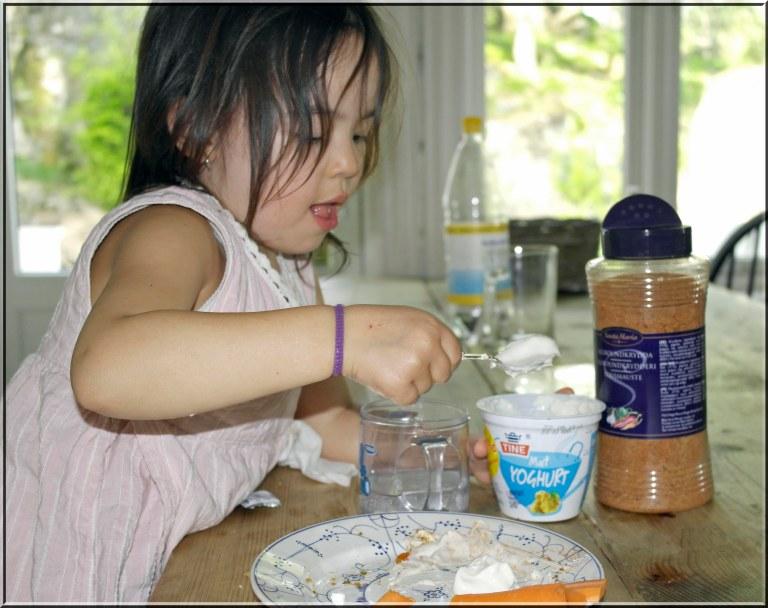 Gulrotbiter med yoghurtdipp er fantastisk sunt og smaker utrolig godt. Prøv det som erstatning for annet godteri.