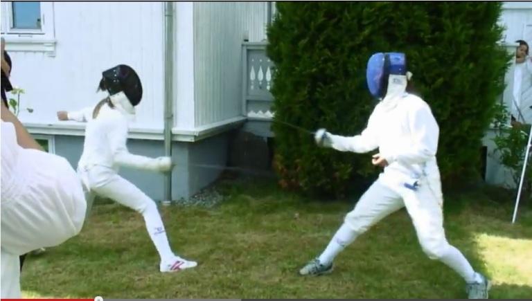 Ivrige fektere duellerte med kårdene sine på sommeravslutningen til Sandefjord Fekteklubb 8.juni 2013