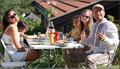 Herlig med grillmat i haven. Sommeren har startet.