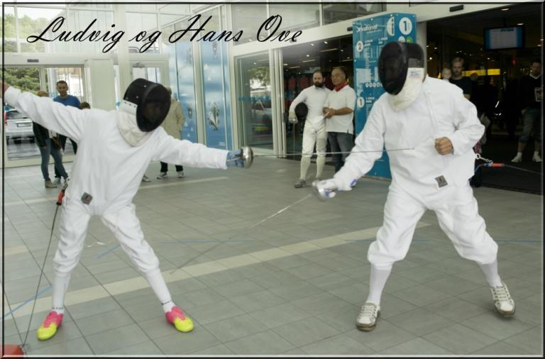 Spennende kamp når far og sønn skal duellere.