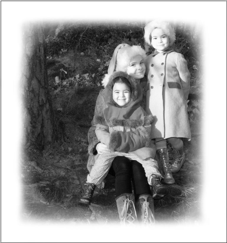 Tok med jentene mine opp i skogen bak huset. Tålmodige lot de pappa få sine bilder. Det har enda ikke kommet sne i Sandefjord og i morgen er det desember.
