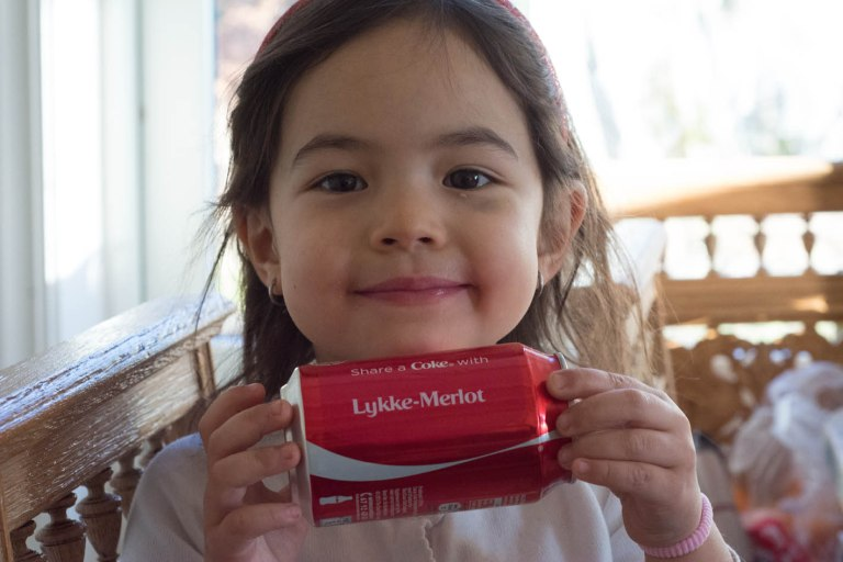 Lykke-Merlot er stolt over Cola med eget navn på. Bra PR stunt fra Coca cola.