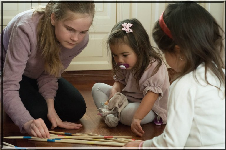 Barnene koser seg med spill og lek.