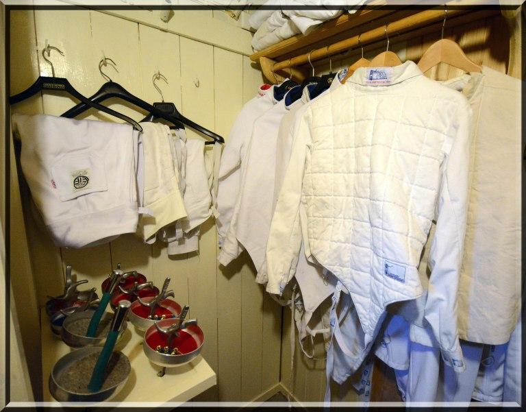 Deilig å få sin egen garderobe til sportsutstyret. Nå kan jeg samle alt fekteutstyret på en plass. Storfornøyd :-)