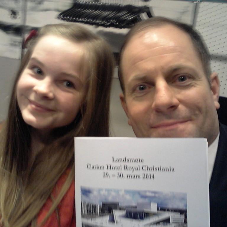 Min kjære datter fikk være med på deler av landsmøtet. Her ble hun vitne til et knipe dyktige ungdomspolitikere som vi garantert vil se mer til i fremtiden.
