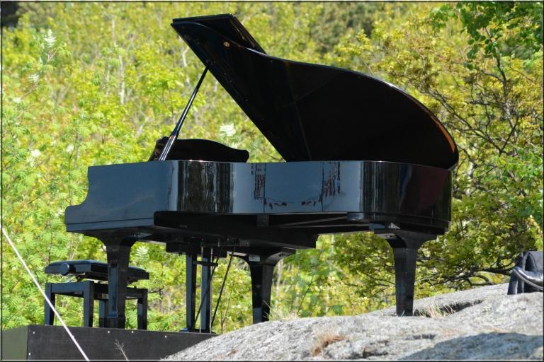 I parken like ved oss har de tradisjon for å spille musikk hver 17.mai I år hadde også flygelet fått plass i Preståsen.