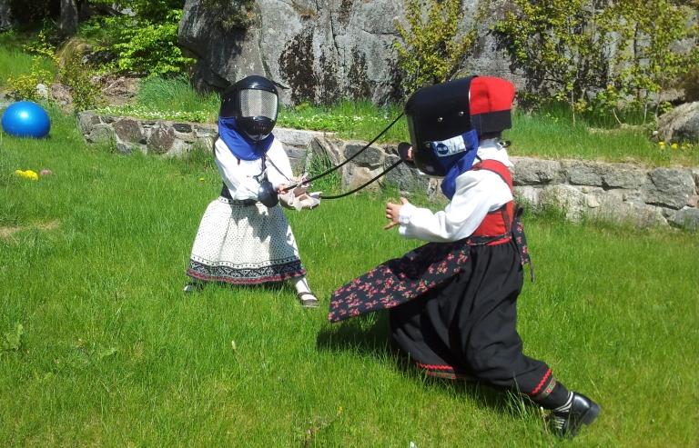 Her er et blinkskudd fra to jenter som virkelig levde seg inn i kampen. Bildet ble snappet opp av VG og trykket i avisen ved siden av Norges minste prinsesse og prins.