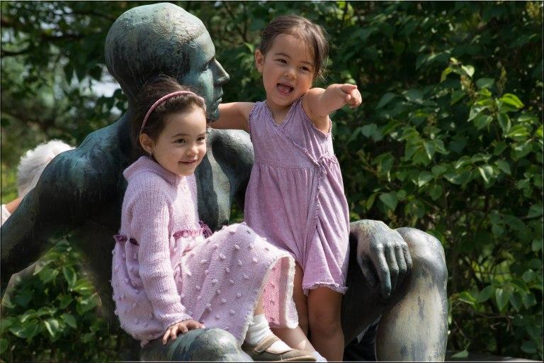 Flotte sommerkonserter med klassisk musikk i Jahre boligen. Barnene synes det er ekstra stas å klatre i statuene.