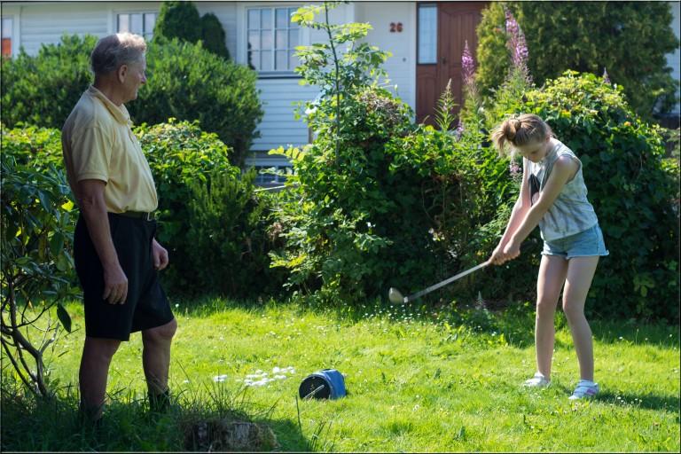 I haven til pappa. Min kjære datter får selvfølgelig prøve seg på golfen. Aldri en dag uten golf hos bestefar :-D