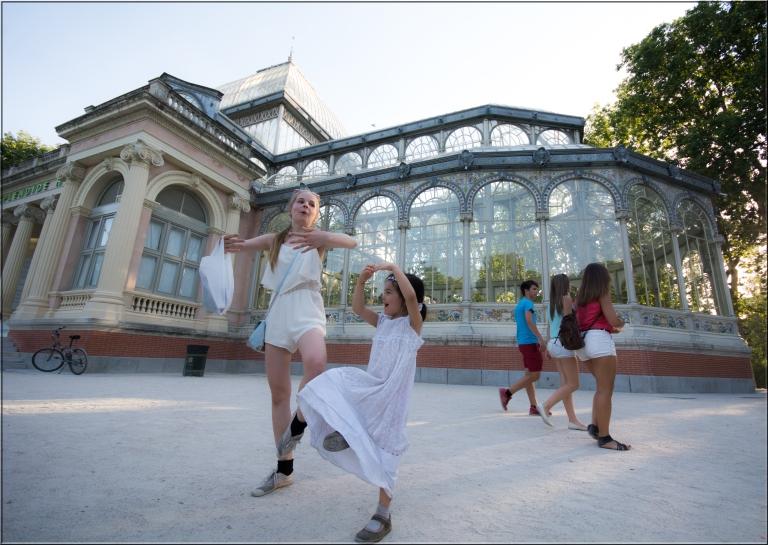 Jentene mine danser ballett i Retiroparken i Madrid.