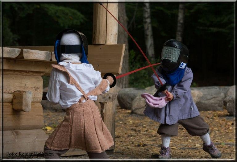 Duell på høyt nivå. Moro når søsken utfordrer hverandre til fektekamp. Helt i pappas ånd. :-)