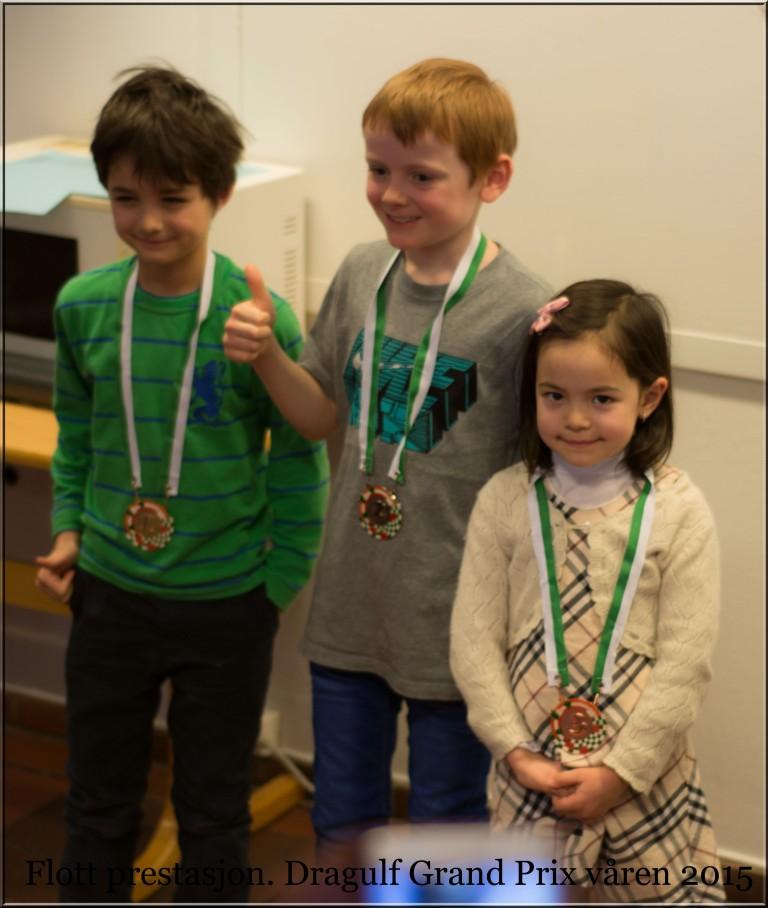 En stolt jente med medalje rundt halsen.