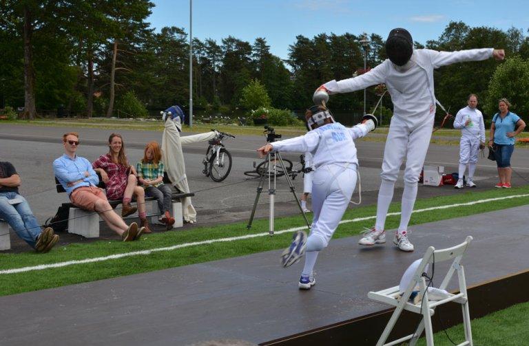 Fektepisten i Bugården ble feiret med mye fekting. Her er en ung lovende fekter i aksjon mot sølvmedaljevinner Bartosz Piasecki.