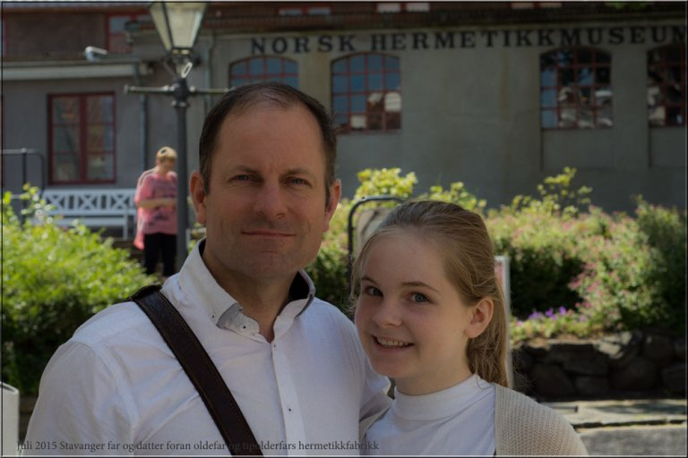 Her står vi - far og datter, foran en av oldefars og tipoldefars fabrikker. Veldig hyggelig å kjenne på røttene sine.