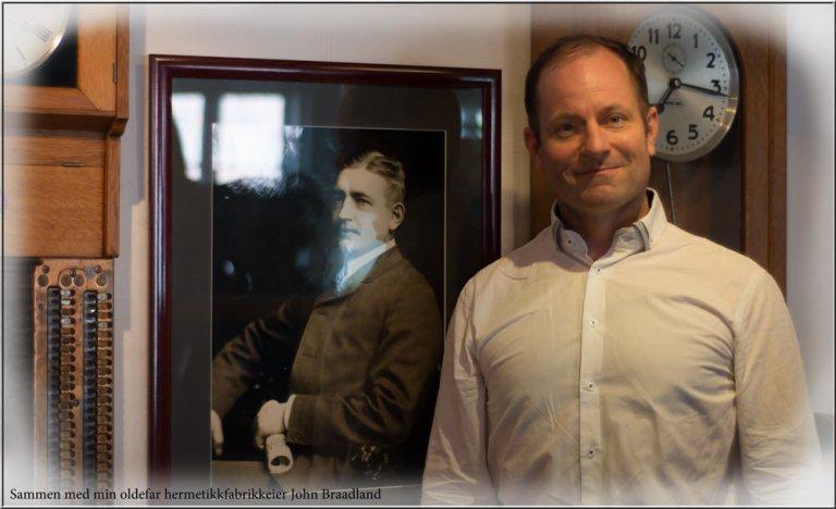 Med en gang man kommer inn i hermetikkmuseet møter man bildet av John Braadland - min oldefar. Måtte selvsagt ta et bilde sammen med ham.