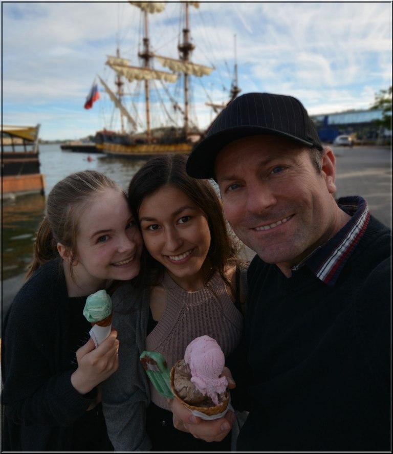 Tiril, Emma Charlotte og pappa på tur sammen ved bryggekanten i Sandefjord.