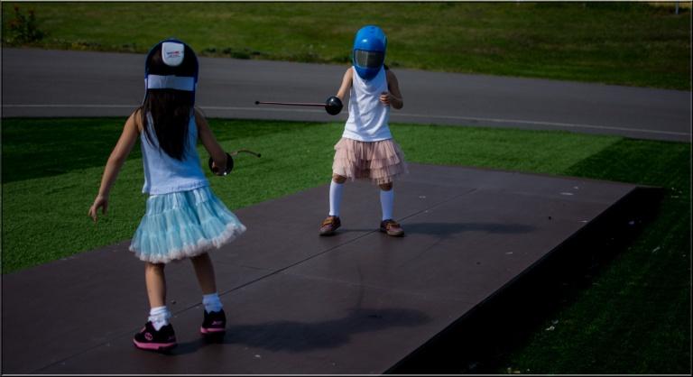 Jentene er tøffe og utfordrer hverandre gjerne til en ekte fekteduell i Bugårdparken.