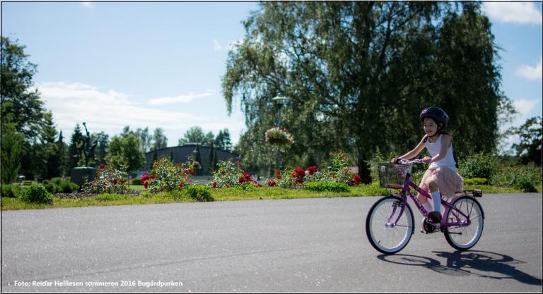 Lykke-Merlot fikk ny sykkel av bestefar og bestemor. pappa tok med jentene i Bugårdparken for å lære Lykke-Merlot å sykle. etter noen turer springene med Lykke-Merlot på sykkel kunne pappa etterhvert slippe taket. Hurra- Lykke-Merlot kunne sykle. for en glede å se den jenten mestre dette.