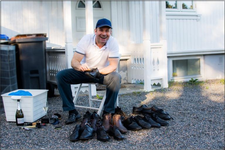 Så var tiden kommet for å pusse skoene. Med en prosecco gikk skopussen lekende lett.
