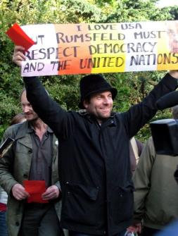 Protesterte mot den amerikanske utenriksministeren som var på besøk i Norge. Det fikk en del oppmerksomhet i pressen
